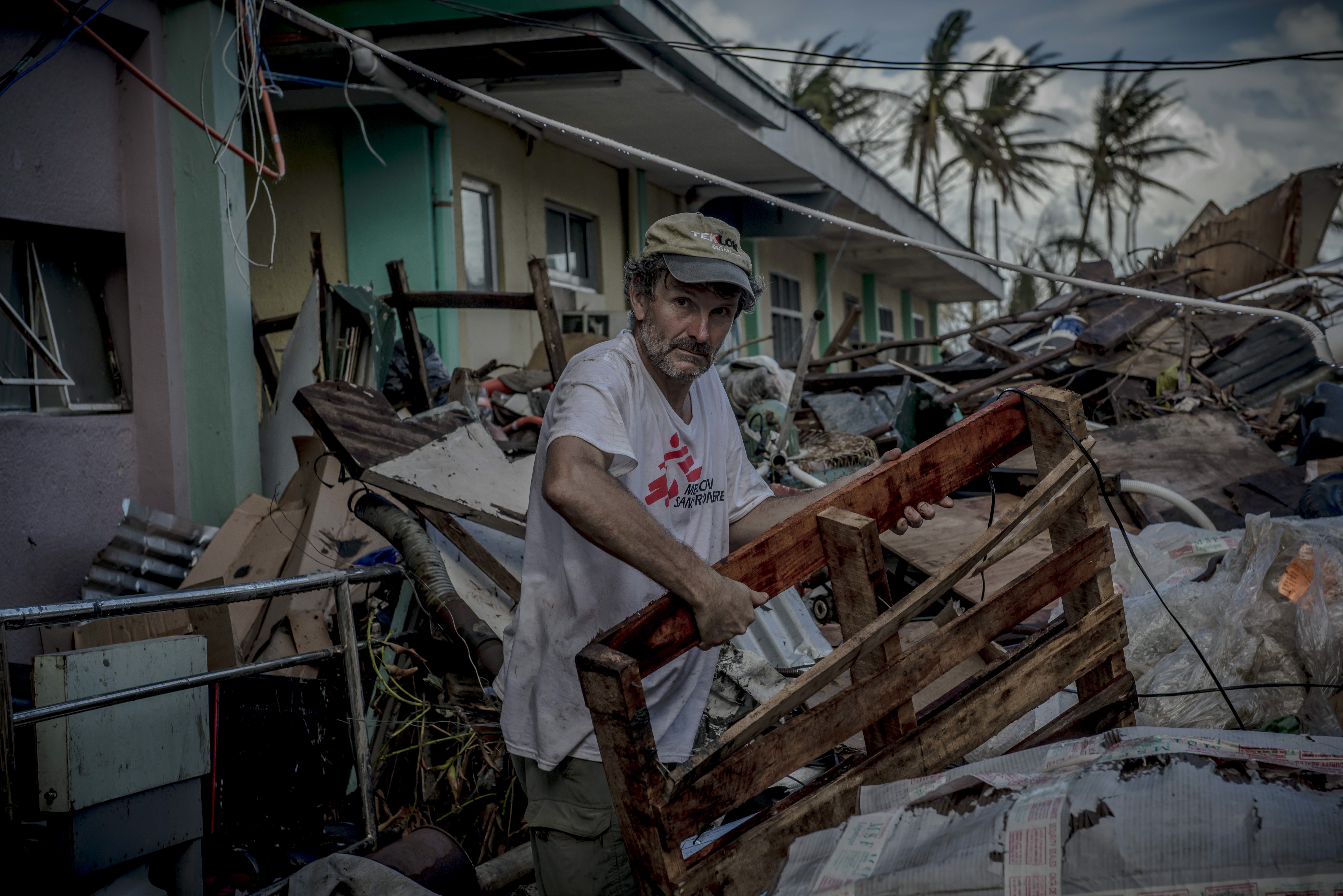 © Yann Libessart/MSF Logistician Stéphane BURG preparing the area to set up an inflatable hospital at Tacloban, Philippines.