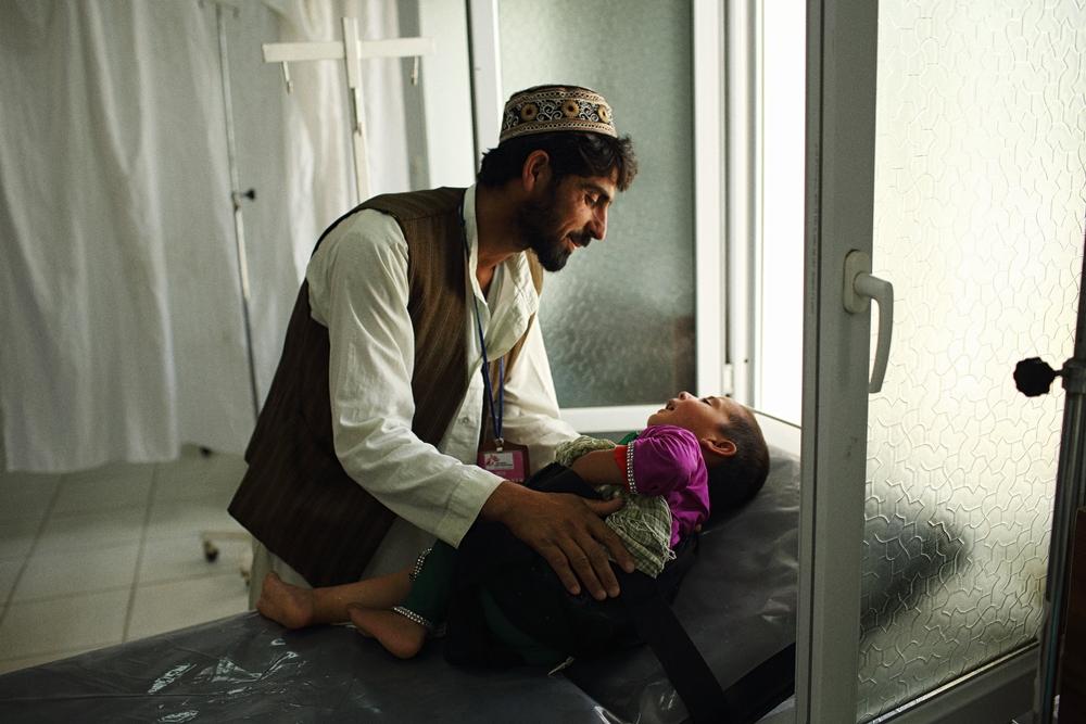 Un père et son fils à l'hôpital de Kunduz avant l'attaque du 3 octobre 2015