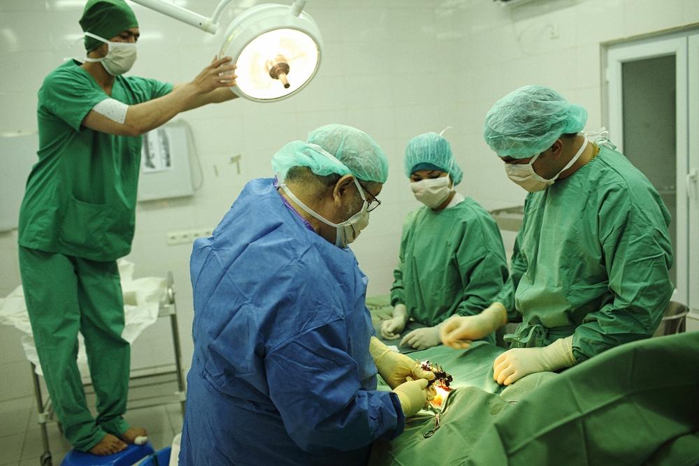 Une opération dans le centre de traumatologie de Kunduz avant l'attaque du 3 octobre 2015