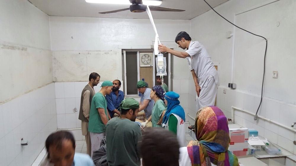 Des médecins dans une salle d'opérations avant le bombardement du 3 octobre 2015
