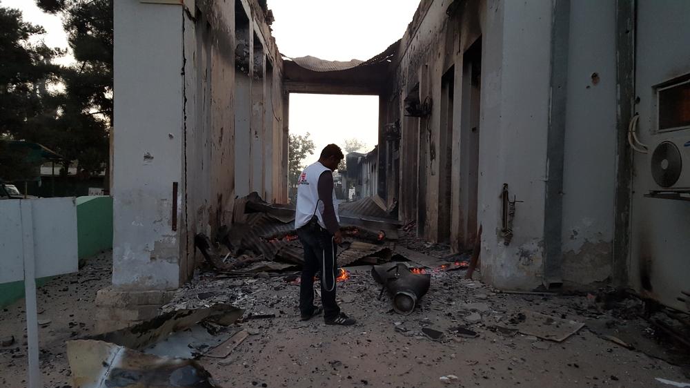 Un collaborateur MSF devant le centre de traumatologie de Kunduz après le bombardement du 3 octobre 2015