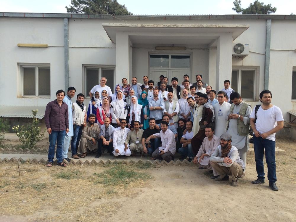L'équipe en août 2015 devant le centre de traumatologie de Kunduz