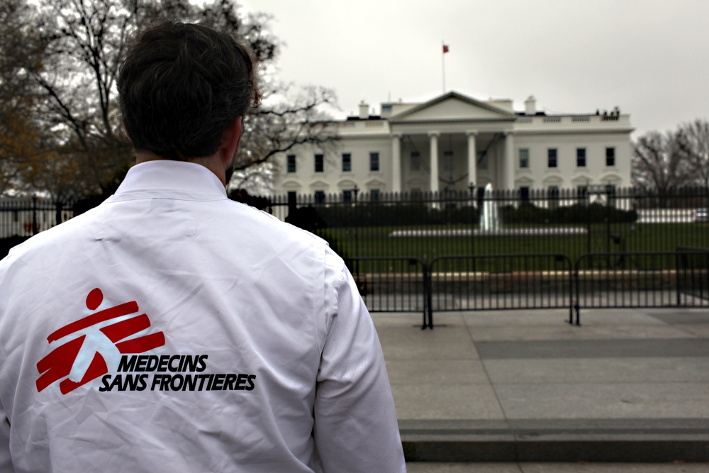 Un collaborateur MSF devant la maison blanche à Washington