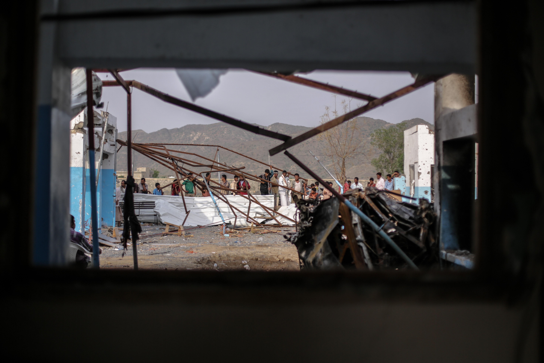 Het totaal verwoeste ziekenhuis in Hajjah. Bij een luchtaanval, onder Saoedische leiding, kwamen daarbij nog eens 19 mensen om het leven. © Rawan Shaif