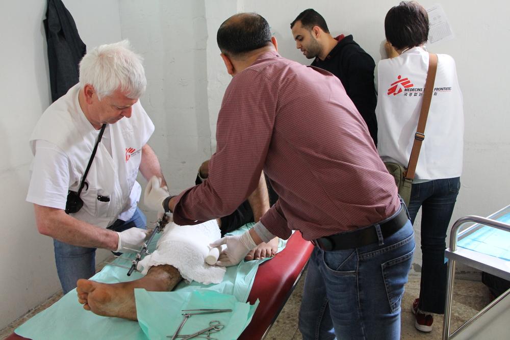 Medische teams van Artsen Zonder Grenzen melden dat ze patiënten zien met afschuwelijke schotwonden, die ongewoon ernstig zijn en zeer complex om te behandelen. De meeste patiënten zullen voor het leven gehandicapt blijven.