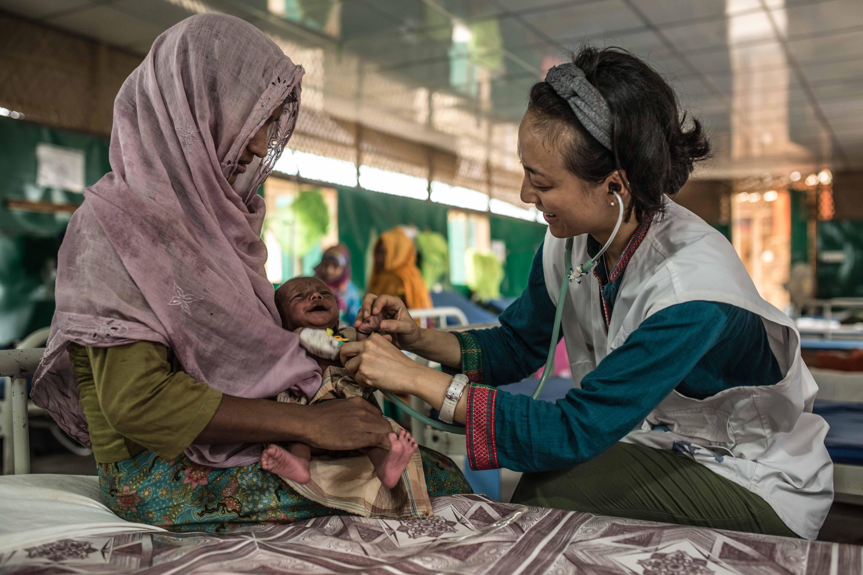 © Pablo Tosco/Angular - Rozia et son fils de 2 mois Zubair sont soignés à l'hôpital MSF de Goyalmara, au camps de réfugiés Rohingya au sud-est du Bangladesh.