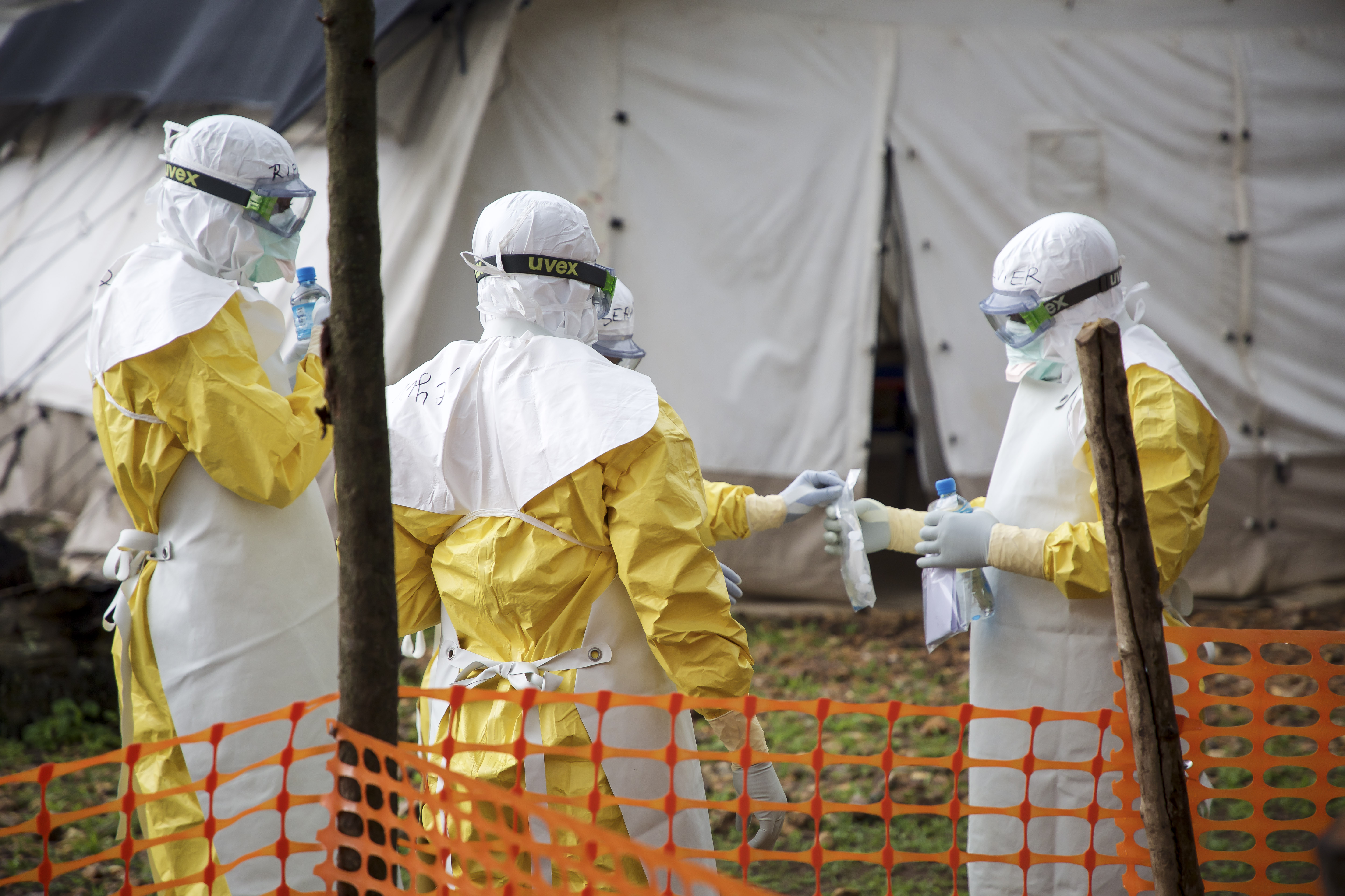Personnel de MSF en habits de protection ebola