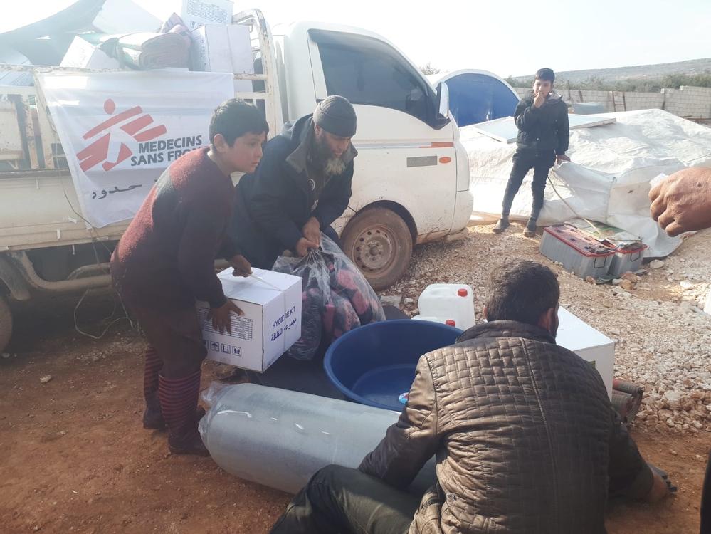 Op verschillende plaatsen ten noorden van Idlib delen we essentiële zaken uit, zoals water, dekens en brandstof om zich te verwarmen. © AZG, februari 2020.