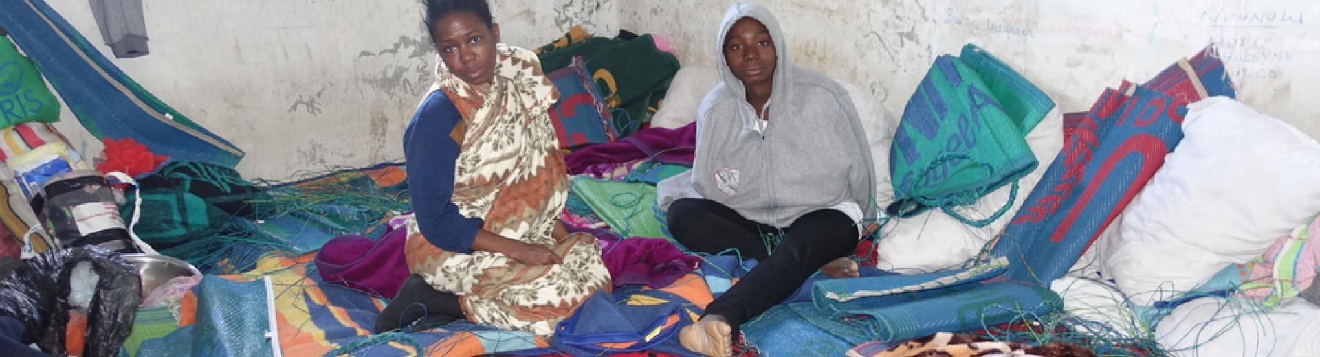 2 van de 40 mensen die in deze cel in Misrata worden vastgehouden. Ze zitten hier al een maand zonder enig contact met de buitenwereld en zijn wanhopig. Tankred Stoebe/AZG. Libië, 2017.