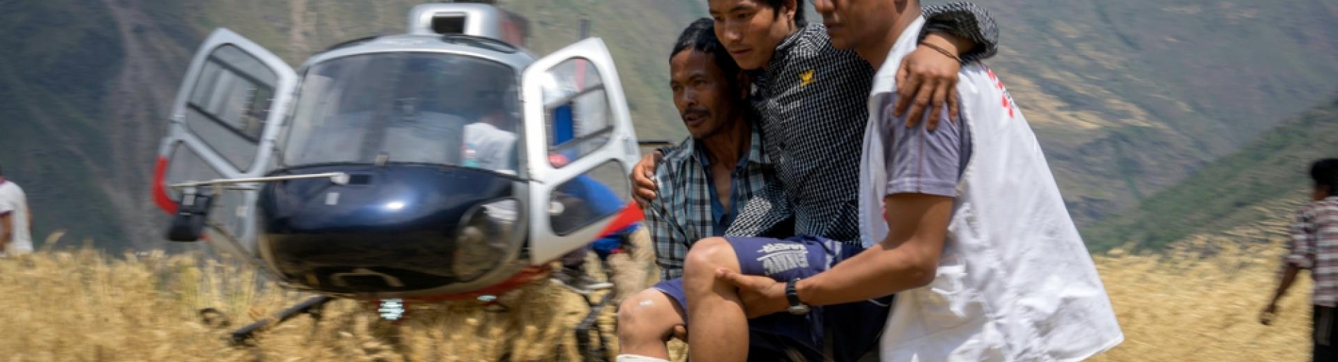 Maila Gurung, 26 ans, revient dans son village après avoir été évacué par hélicoptère vers  l'hôpital MSF d'Arughat Bazaar, au Népal, où sa jambe cassée a été plâtrée. ©Brian Sokol/Panos Pictures, mai 2015