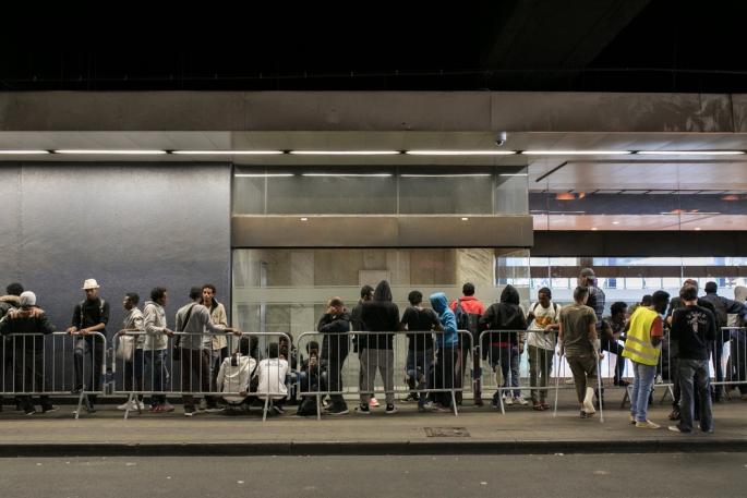 Des migrants et des réfugiés font la queue pour recevoir des soins médicaux et de santé mentale au hub humanitaire à la gare de Bruxelles-Nord.