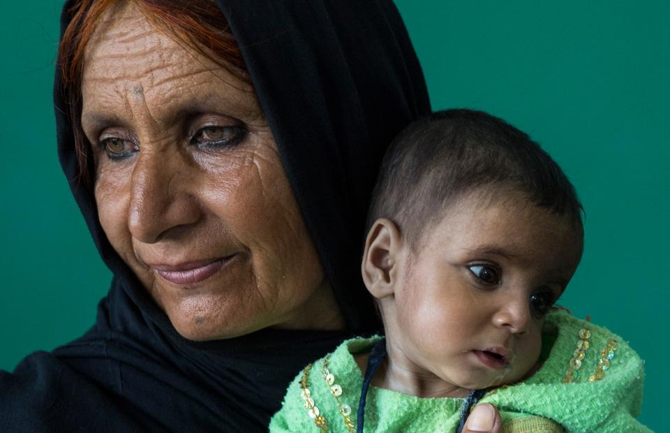 Een grootmoeder met haar kleinzoon in het centrum voor intensieve voeding van het ziekenhuis in Boost. © Bronstein