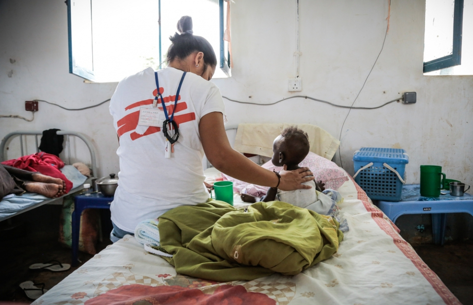 Op de afdeling intensieve zorgen in het AZG-ziekenhuis van Agok verzorgt verpleegkundige Jessica een peuter. Zoals zovelen is hij ondervoed, met de medische complicaties die ermee gepaard gaan. © Pierre-Yves Bernard/AZG