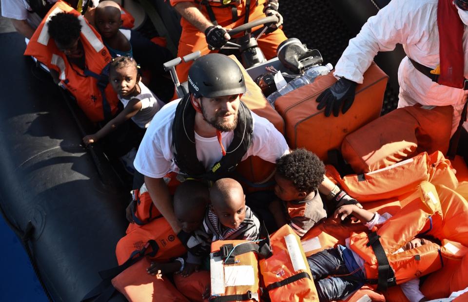 La coordinateur Sebastian effectue une opération de sauvetage en Mer Méditerranée © Sara Creta. Mer Méditerranée, juin 2016.