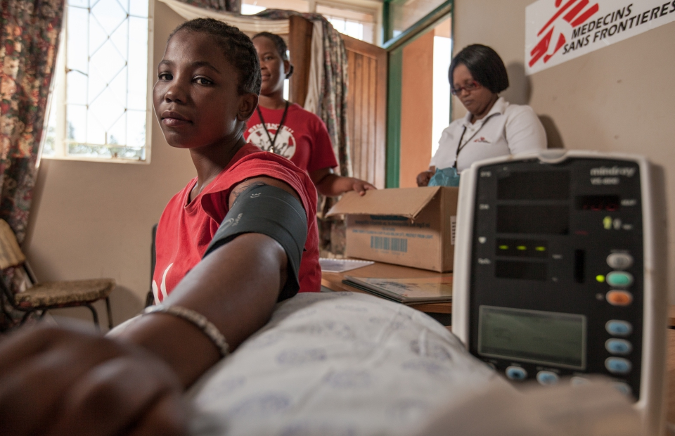een 26-jarige hiv-patiënte laat haar bloeddruk opmeten in Eshowe