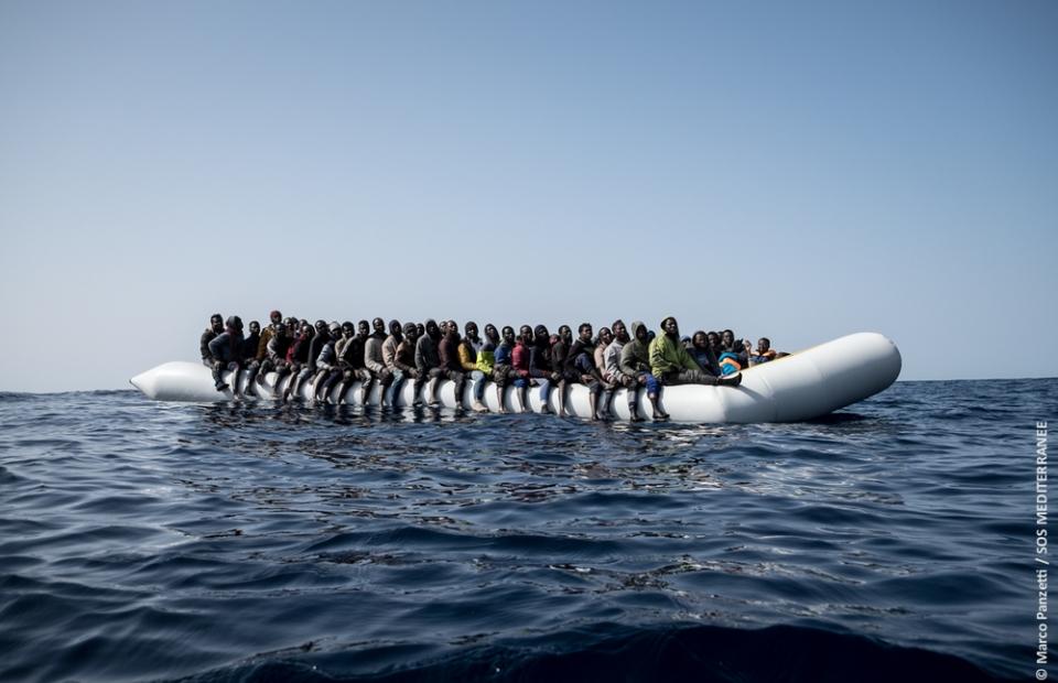 Un bateau en caoutchouc au nord des côtes libyennes.© Marco Panzetti. Italie, 2017.