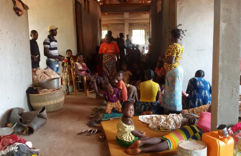 Environ 500 habitants de Bangassou sont venus se réfugiés dans l'enceinte de l'hôpital espérant que les combattants ne se s'attaqueraient pas à une structure médicale. Ils ont été regroupés avec les déplacés de la mosquée et ceux de l'église lundi soir sur le terrain de l'église de Bangassou. © MSF