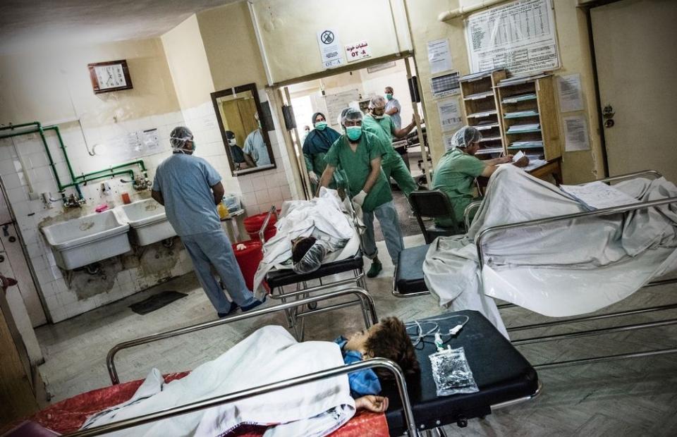 Patiënten in het Boost-ziekenhuis in Lashkar Gah wachten op hun operatie. © Kadir van Lohuizen/Noor. Afghanistan, 2016.