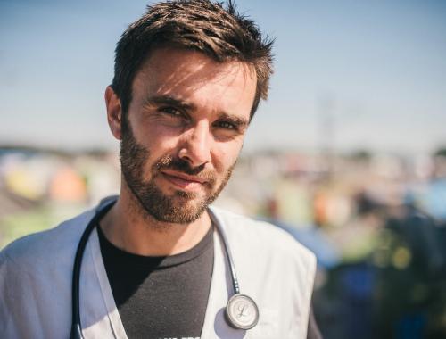 De arts Connor Kenny werkt voor Artsen Zonder Grenzen in het vluchtelingenkamp van Idomeni © Bastian Fischer