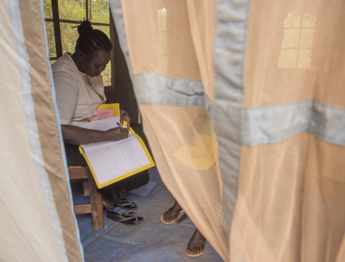 Une conseillère MSF est en consultation avec un patient atteint du VIH dans une clinique mobile MSF à Bodo, un village situé juste à l'extérieur de Yambio, au Sud-Soudan. © Charles Atiki Lomodong, octobre 2017