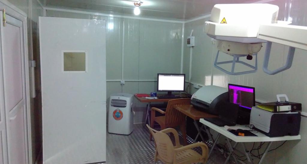 De container-röntgenkamer in het Hamam Al Alil spoedziekenhuis, Irak