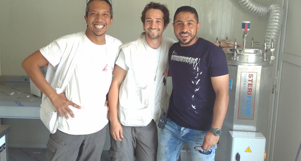 Jonathan (midden) met lokale collega's in de container-sterilisatieruimte in het Hamam Al Alil spoedziekenhuis, Irak