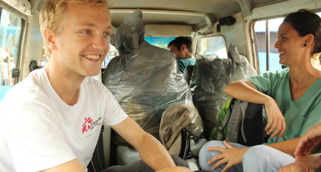 © Martin Zinggl/MSF - Jesse et ses collègues en chemin pour réaliser des activités de sensibilisation auprès des villages alentours (Kolahun, Liberia).