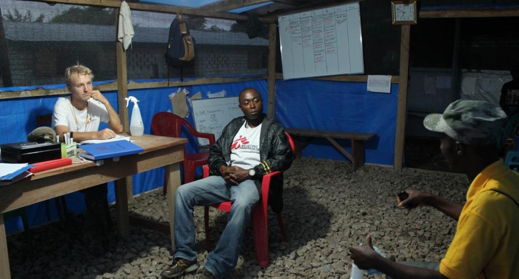 © Martin Zinggl/AZG - Jesse werkt nog 's avonds laat, hij neemt een sollicitatiegesprekken af met kandidaat-gezondheidspromotors in Liberia.
