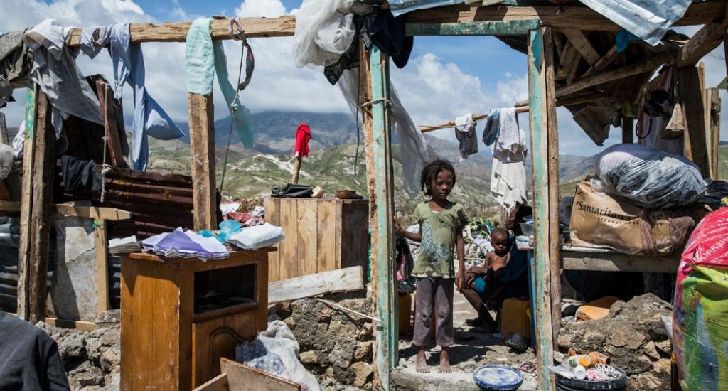 Une petite fille se trouve dans les décombres de la maison familiale à Roche-a-bateau dans le sud-ouest d'Haïti © Andrew McConnell. MSF. Haïti, 2016.