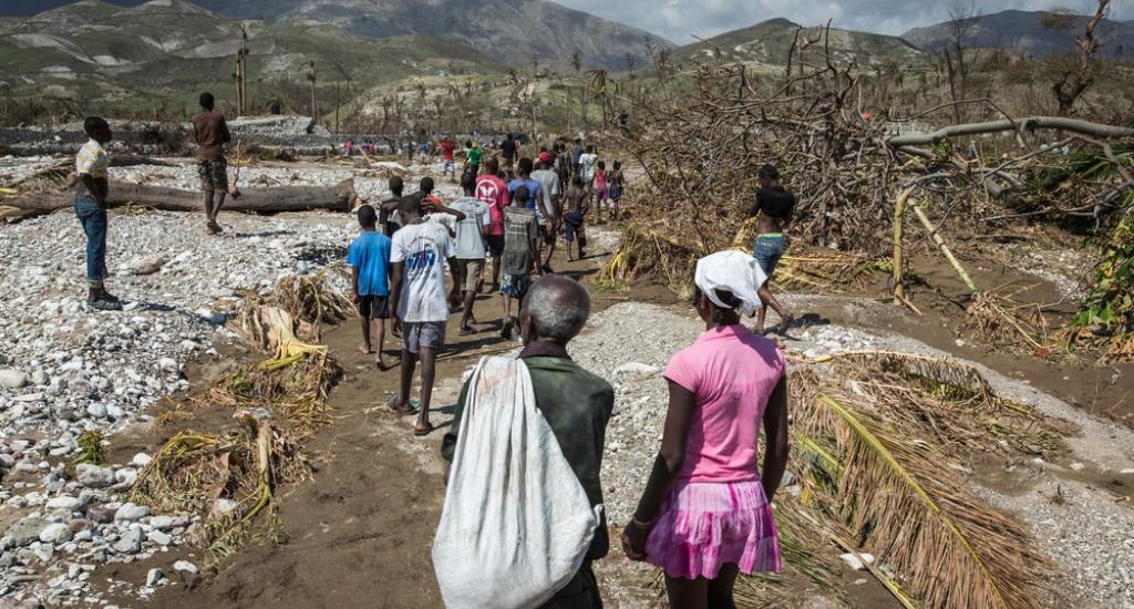 Les personnes marchent le long de la rivière à Roche-a-Bateau dans le sud-ouest d'Haïti © Andrew McConnell. MSF. Haïti, 2016.
