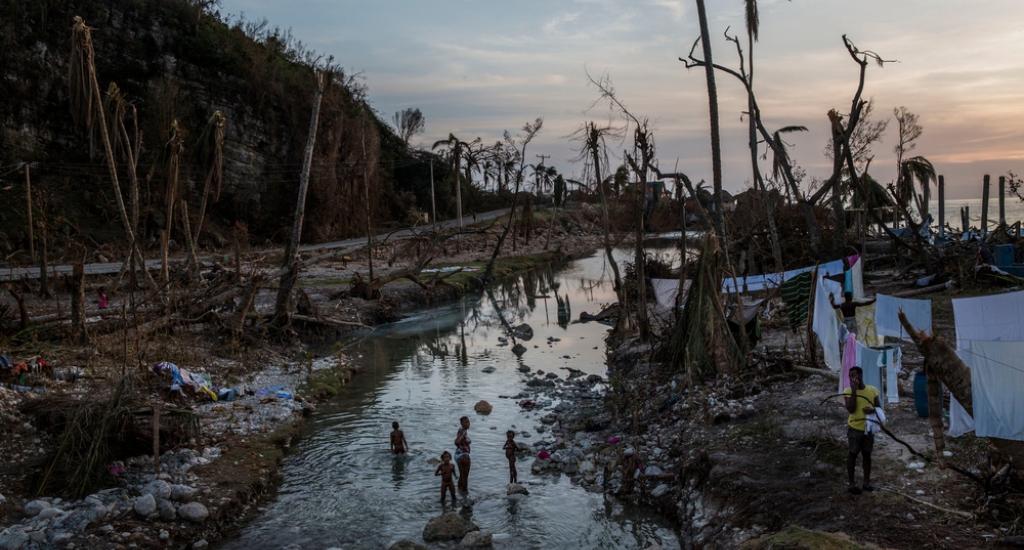 Une famille se lave dans la rivière dans la zone dévastée de Port Salut © Andrew McConnell. MSF. Haïti, 2016.