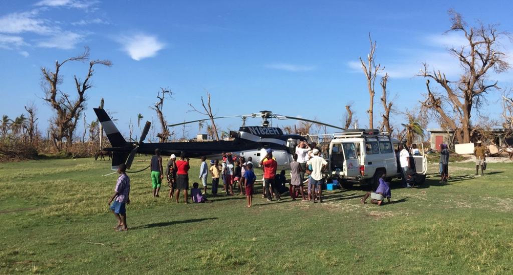 À Port-à-Piment, les équipes MSF chargent un hélicoptère pour une mission exploratoire dans un hôpital inaccessible par la route © Joffrey Monnier/MSF. MSF. Haïti, 2016.