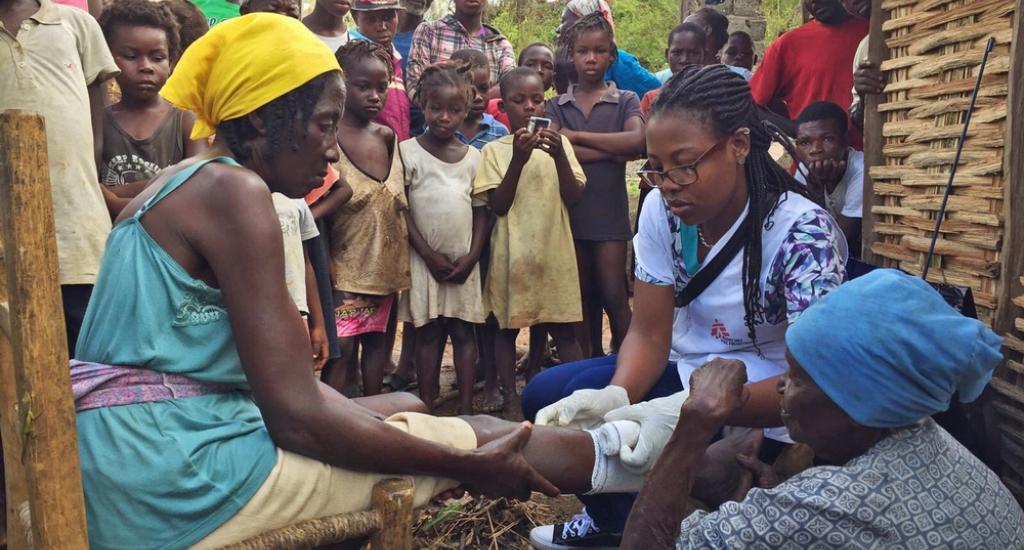 Une infirmière MSF soigne un patient dans la clinique mobile de Nan Sevre, dans les montagnes au nord de Port-à-Piment © Joffrey Monnier. MSF. Haïti, 2016.