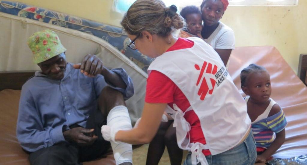 La médecin MSF soigne un patient dans la clinique de Jérémie en Haïti © MSF. MSF. Haïti, 2016.