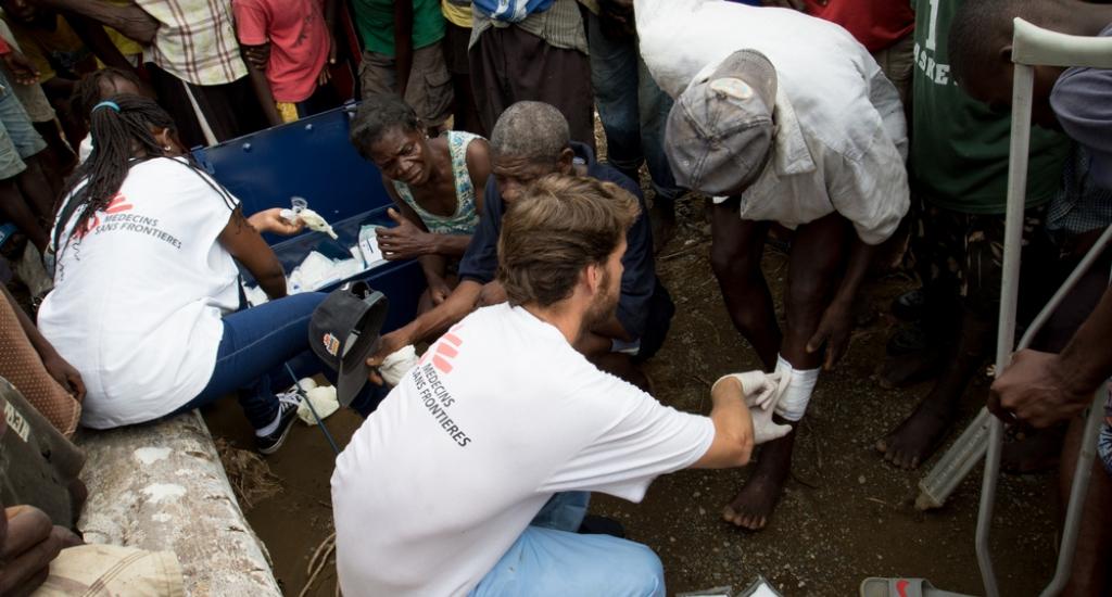 Ruben, médecin pour MSF, soigne des personnes dans le village reculé de Marcellin © Joffrey Monnier/ MSF. Haïti, 2016.