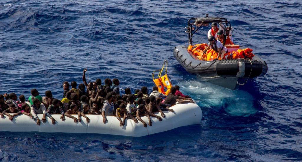 L'équipe de Médecins Sans Frontières approche le bateau de réfugiés et commence à distribuer des vestes de sauvetage © Borja Ruiz Rodriguez/MSF. Mer Méditerranée, 2016.