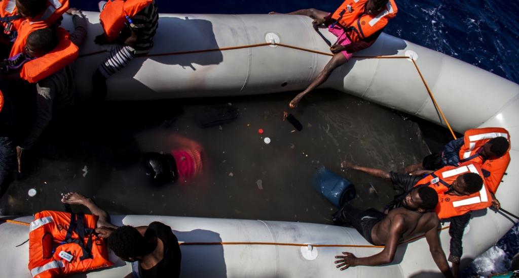 Notre équipe fait la découverte choquante de 25 corps sans vie qui gisent au fond du bateau © Borja Ruiz Rodriguez/MSF. Mer Méditerranée, 2016.