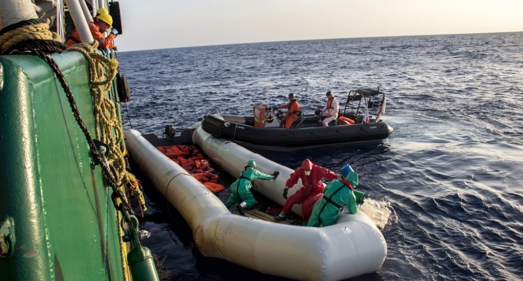 Lorsque tous les réfugiés sont à bord, les corps sont récupérés. Des masques et vêtements de protection doivent être portés pour se protéger d'éventuellement brûlures © Borja Ruiz Rodriguez/MSF. Mer Méditerranée, 2016.