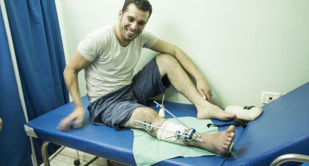 Mohammed, 28 ans, s'est fait tirer dessus durant les manifestations de la « Grande marche du retour » à Gaza. Il attend actuellement de savoir s'il peut se rendre en Jordanie pour recevoir des traitements supplémentaires pour sa blessure par balle à la jambe droite. Les interventions chirurgicales dont il a besoin ne sont actuellement pas disponibles à Gaza. Sans elles, il risque de ne pas retrouver pleinement l'usage de sa jambe et pourrait rester handicapé toute sa vie. © Alva Simpson White, sept. 2018