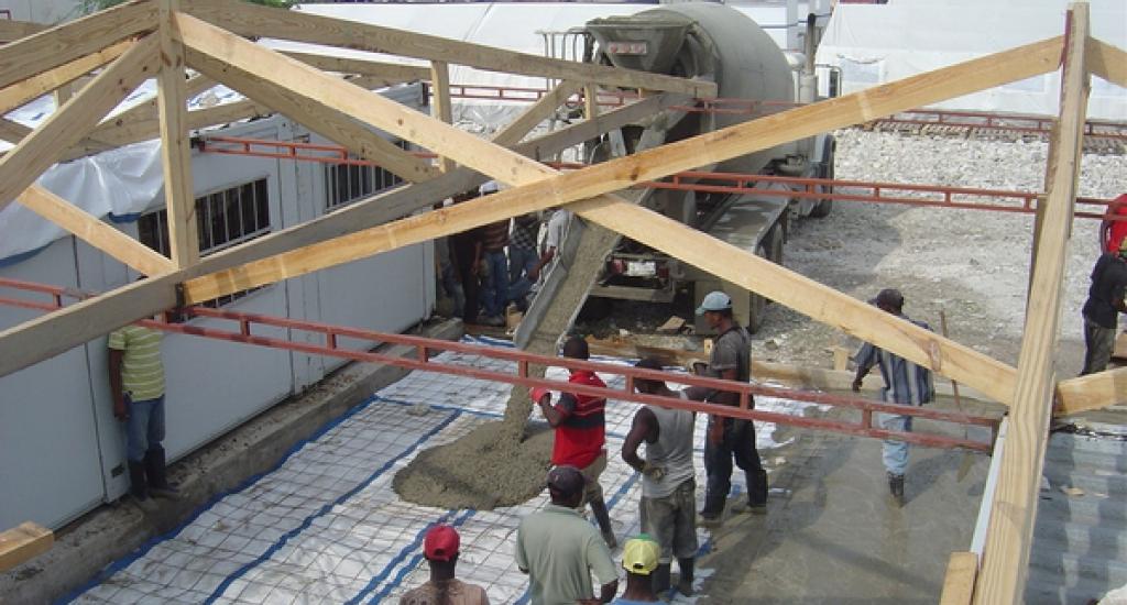 De bouw van een ziekenhuis in Haïti na de aardbeving van 2010.