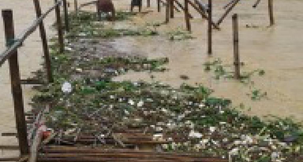 Zware regenval en haveloze onderkomens zijn de perfecte broeihaard voor de verspreiding van difterie.