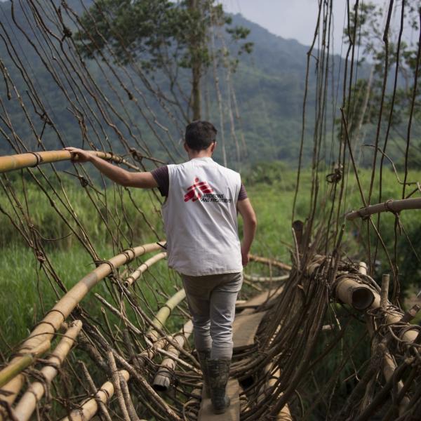 Employé MSF sur un pont © Phil Moore
