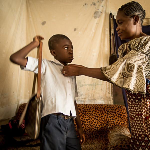 Philomène prépare son fils qui va à l'école. © Rosalie Colfs