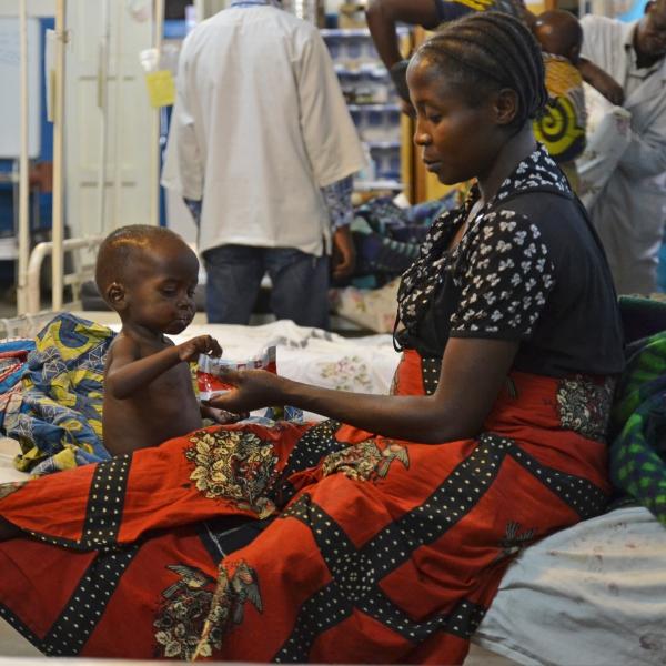 Femme et enfant à l'hôpital © Candida Lobes