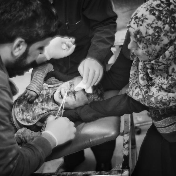 Un enfant de Tal Abyad est arrivé à l'hôpital. © Eddy Van Wessel