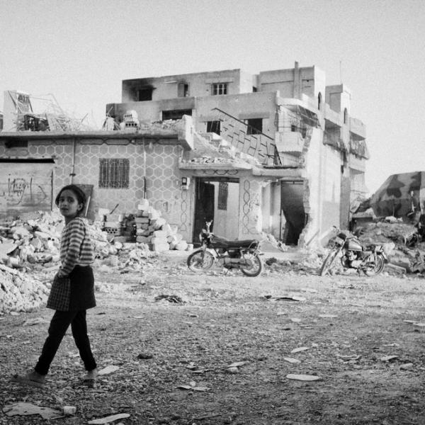 Une fille devant sa maison détruite à Raqqa © Eddy Van Wessel