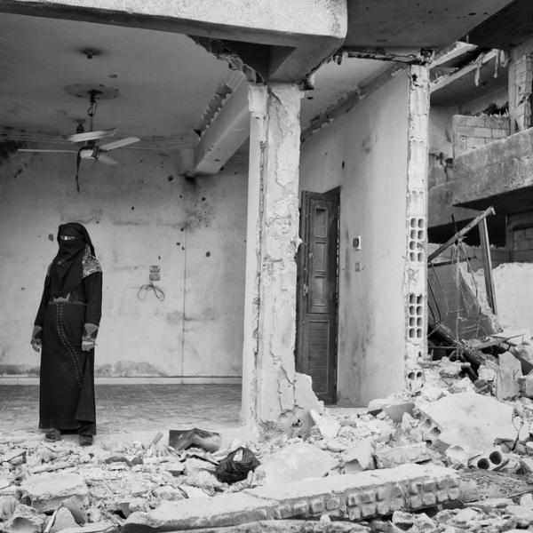 Une femme devant sa maison détruite © Eddy Van Wessel