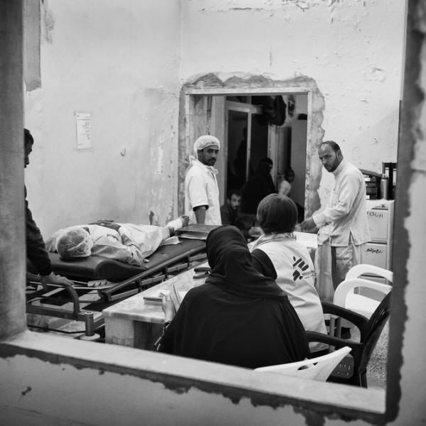 Equipes MSF qui transfèrent un patient © Eddy Van Wessel