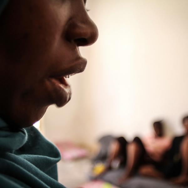 Een vrouw in een Libisch detentiecentrum