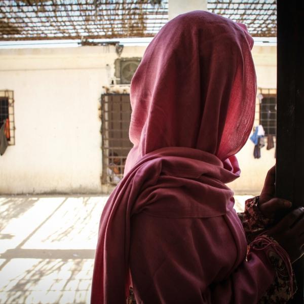 Een vluchteling in een Libisch detentiecentrum